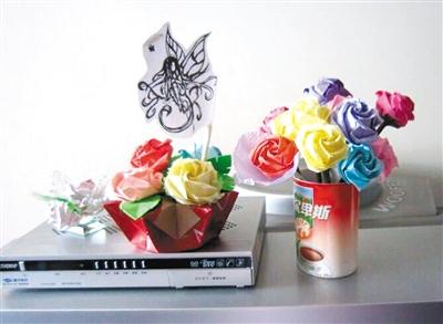 每逢节日 手折纸质玫瑰花送妈妈