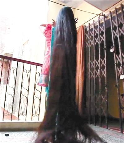 """据外媒26日报道,印度北方邦女子斯里瓦斯塔瓦,现年37岁,有印度""""长发图片"""