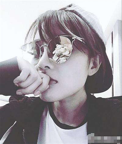 辣妈李小璐晒出一组帅气自拍,她戴帽子变身假小子,满脸冷酷霸气撩妹图片