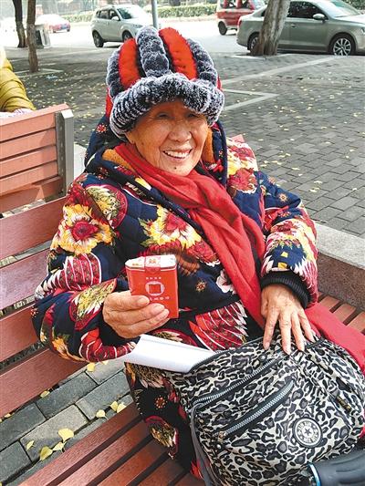八旬老太烟龄近三十年 为看到外孙成家想戒了